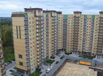 Вид на жилой корпус с последних этажей